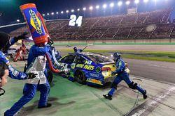 Chase Elliott, Hendrick Motorsports Chevrolet makes a pit stop, Sunoco