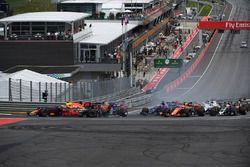 Max Verstappen, Red Bull Racing RB13, Fernando Alonso, McLaren MCL32, Daniil Kvyat, Scuderia Toro Rosso STR12 se percutent