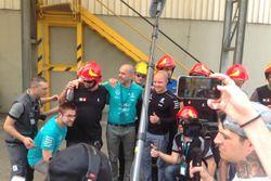 Valtteri Bottas con il personale della fabbrica