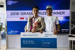 Winner of the 2016 F1 Connectivity Innovation Prize, Datu YogaBrata, with Lewis Hamilton, Mercedes A