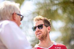 Гоночный директор Ф1 Чарли Уайтинг и гонщик Ferrari Себастьян Феттель