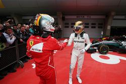 Sebastian Vettel, Ferrari, gratuliert Lewis Hamilton, Mercedes AMG, im Farc Ferme