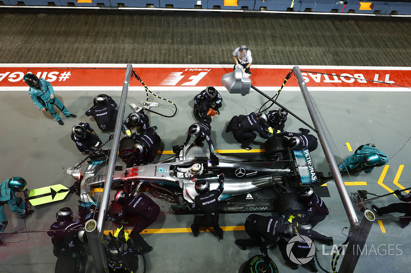 Lewis Hamilton, Mercedes AMG F1 W08, pit stop