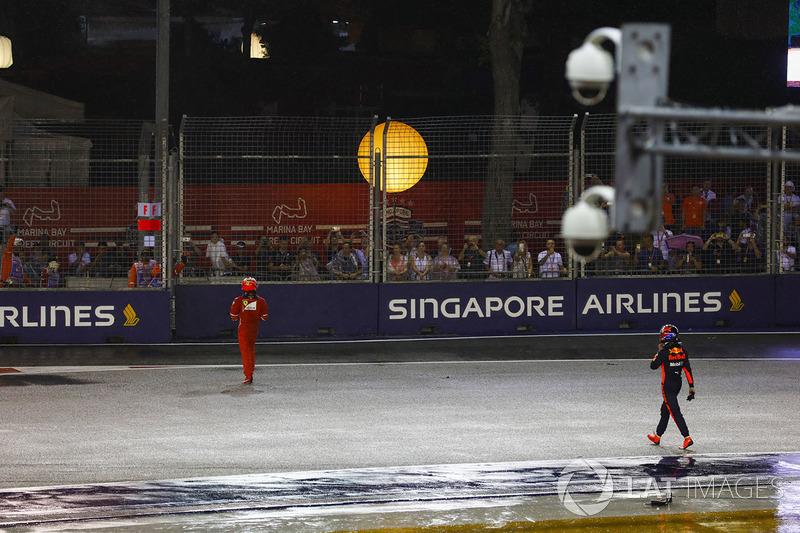 Kimi Raikkonen, Ferrari y Max Verstappen, Red Bull Racing caminan hacia los puts tras su choque