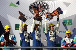 LMP2 podio: ganadores Andre Negrao, Gustavo Menezes, Nicolas Lapierre, Signatech Alpine