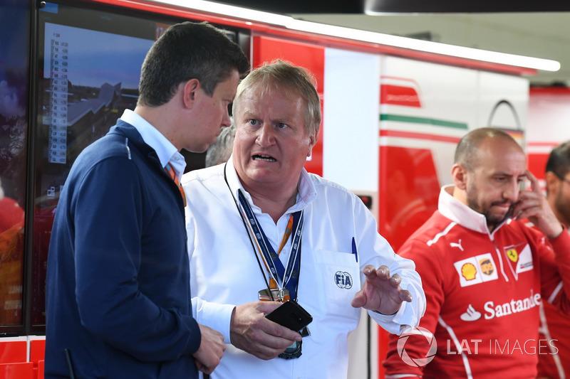 Делегат FIA Safety Йо Бауер у гаражі Ferrari
