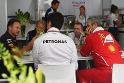 Christian Horner, jefe de Red Bull Racing; Robert Fearnley, jefe de Sahara Force India F1, Paddy Low
