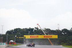 Pierre Gasly, Scuderia Toro Rosso STR12, Sergey Sirotkin, Renault Sport F1 Team RS17