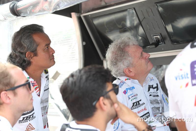 Un equipo sigue la carrera desde boxes