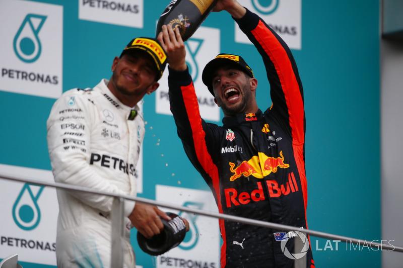Podium: Peringkat kedua, Lewis Hamilton, Mercedes AMG F1, peringkat ketiga, Daniel Ricciardo, Red Bull Racing