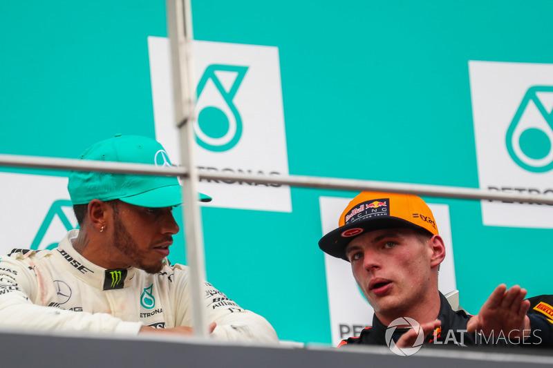 Lewis Hamilton, Mercedes AMG F1 e il vincitore della gara Max Verstappen, Red Bull Racing festeggiano sul podio