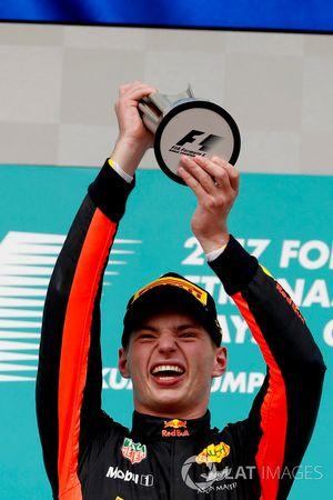 Max Verstappen, Red Bull Racing, racewinnaar, toont zijn beker