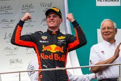 El ganador de la carrera, Max Verstappen, Red Bull Racing celebra en el podio.