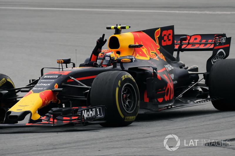 Il vincitore della gara Max Verstappen, Red Bull Racing RB13 festeggia