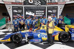 Ganador de la carrera Alexander Rossi, Herta - Andretti Autosport Honda, con el diseñador del trofeo