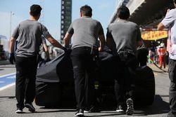 ميكانيكي فريق مكلارين يدفعون سيارة فرناندو ألونسو