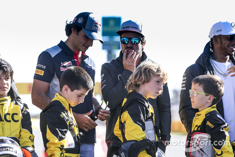 Carlos Sainz Jr., Scuderia Toro Rosso, Fernando Alonso, McLaren, Lewis Hamilton, Mercedes AMG F1, y algunos pilotos de Kart