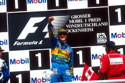 Podium: Racewinnaar Michael Schumacher, Benetton Renault, tweede plaats David Coulthard, Williams Renault
