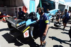 La monoposto di Sébastien Buemi, Renault e.Dams, viene riportata ai box dopo l'incidente