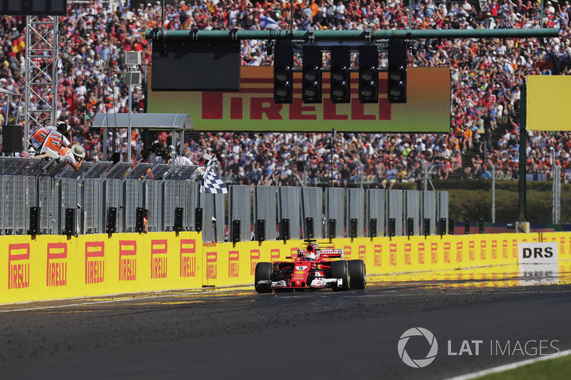 Sebastian Vettel, Ferrari SF70H, prende la bandiera a scacchi