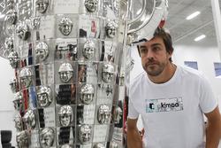 Fernando Alonso con el trofeo de Borg-Warner