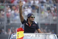 Carlos Sainz Jr., Scuderia Toro Rosso, lors de la parade des pilotes