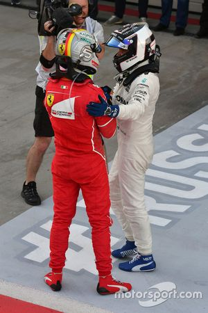Себастьян Феттель, Ferrari, и Валттери Боттас, Mercedes AMG F1