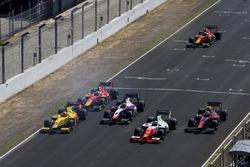 Норман Нато (Arden), Набіль Джеффрі (Trident), Сержіу Сетте Камара (MP), Александр Альбон (ART) і Нік де Вріс (Racing Engineering) на старті гонки