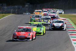 Partenza gara 2: Niccolo Mercatali, Dinamic Motorsport in testa al gruppo