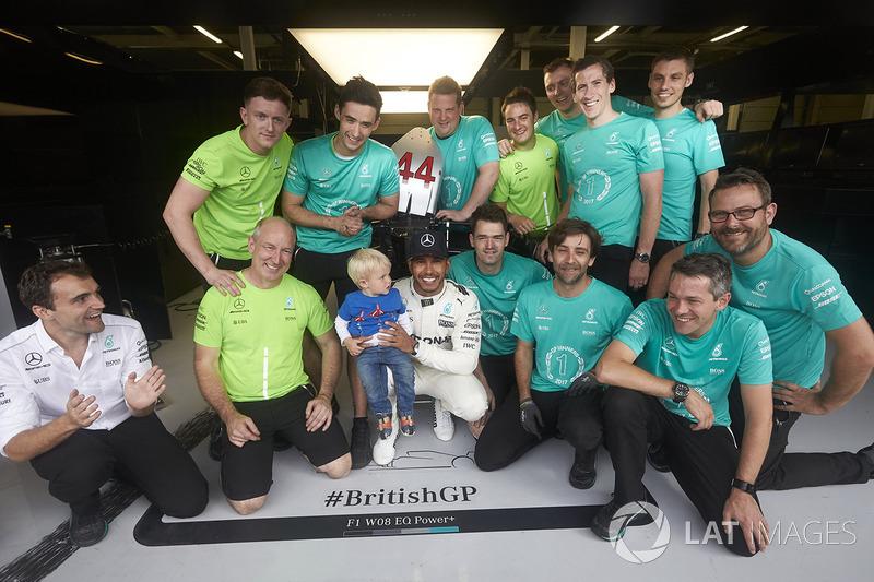 Ganador de la carrera Lewis Hamilton, Mercedes AMG F1, celebra con su equipo después de ganar la carrera