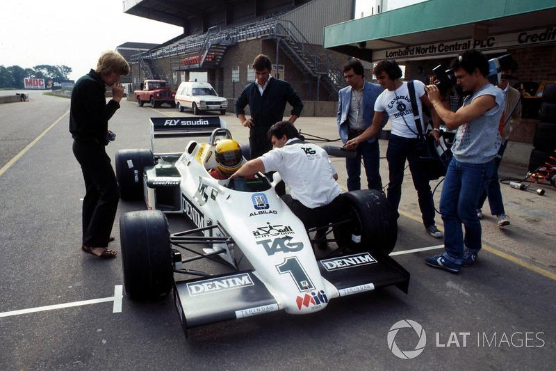 Ayrton Senna recebendo instruções sobre o carro