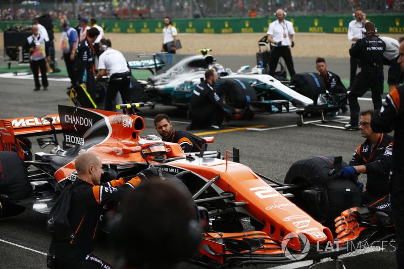 Стоффель Вандорн, McLaren MCL32, и Валттери Боттас, Mercedes AMG F1