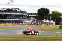 Sebastian Vettel, Ferrari SF70H, sale de la pista por un pinchazo