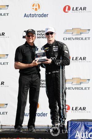 Le deuxième, Josef Newgarden, Team Penske Chevrolet reçoit son trophée de la part de Terry Dolan de General Motors