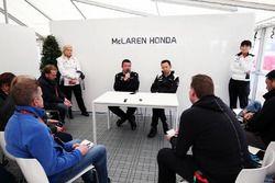 (Da sx a dx): Eric Boullier, McLaren Racing Director con Yusuke Hasegawa, capo del programma F.1 di Honda