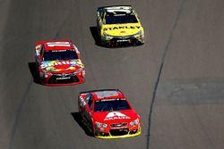 Dale Earnhardt Jr., Hendrick Motorsports Chevrolet; Kyle Busch, Joe Gibbs Racing Toyota; Carl Edward