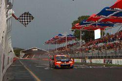 Le vainqueur Nick Percat, Lucas Dumbrell Motorsport Holden