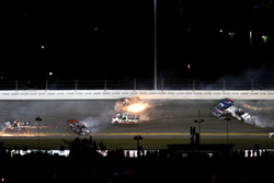 Crash de Rico Abreu, ThorSport Racing Toyota; Cameron Hayley, ThorSport Racing Toyota; Daniel Suarez, Kyle Busch Motorsports Toyota