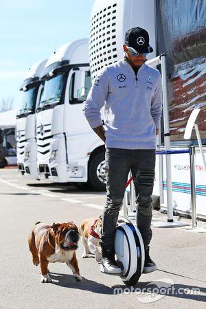 Lewis Hamilton, Mercedes AMG F1 su un hoverboard nel paddock con il cane Roscoe e Coco
