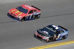 Jamie McMurray, Chip Ganassi Racing Chevrolet, et Kasey Kahne, Hendrick Motorsports Chevrolet