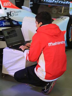 Mechaniker von Mahindra Racing bei der Arbeit