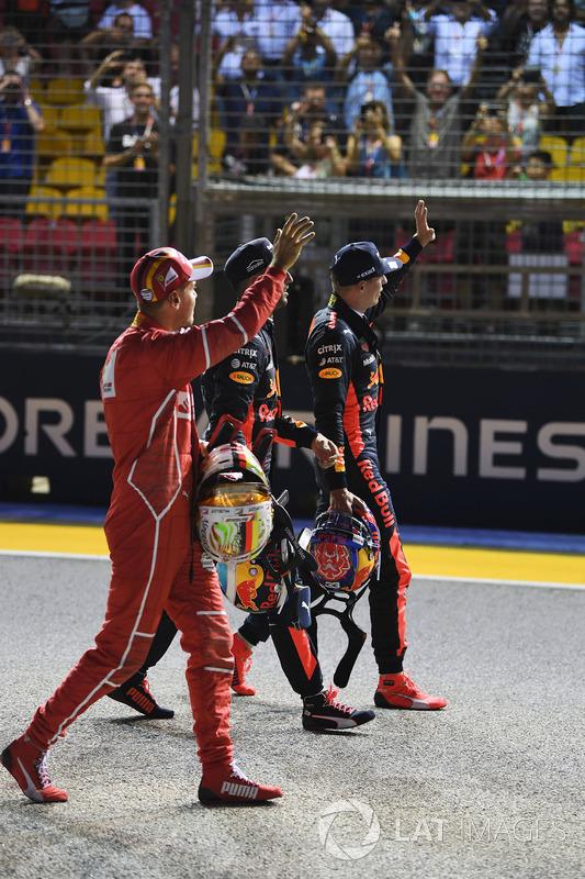Il poleman Sebastian Vettel, Ferrari, Daniel Ricciardo, Red Bull Racing e Max Verstappen, Red Bull Racing salutano il pubblico nel parco chiuso