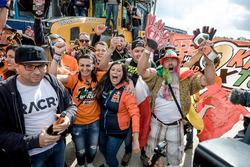 De supporters van wereldkampioen Tony Cairoli vieren feest