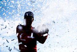 Lucas di Grassi, ABT Schaeffler Audi Sport, sabre le champagne après avoir gagné le titre