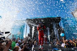 Lucas di Grassi, ABT Schaeffler Audi Sport, sur le podium