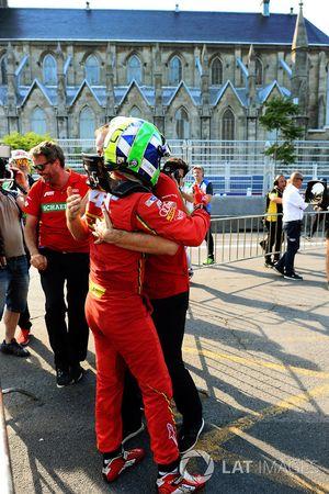 Lucas di Grassi, ABT Schaeffler Audi Sport, festeggia dopo aver vinto il campionato