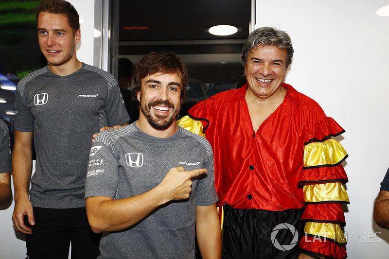 Фернандо Алонсо, McLaren, який святкує свій 36-й день народження, та його менеджер, вдягнений в іспанський народний одяг