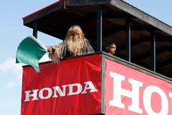Chewbacca agite le drapeau vert au début de la séance
