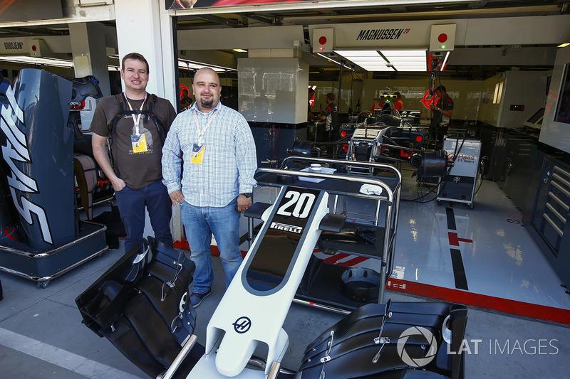 Invitados fuera del garaje de Haas F1 Team