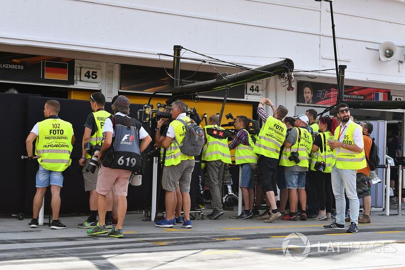 Журналісти та фотографи перед боксами Роберта Кубіци, Renault Sport F1 Team RS17